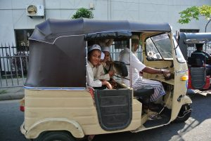Copii in tuk-tuk in Colombo